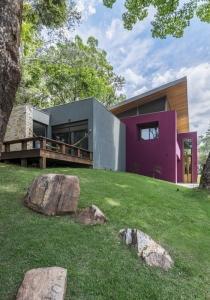 img-lar-quintas-do-sol-projeto-residencial-grupo-arquitetos-fachada-lateral-roxa