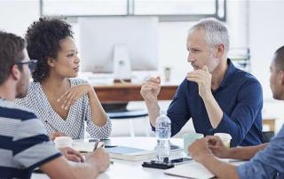 pessoas-fazendo-reunião-de-negócios